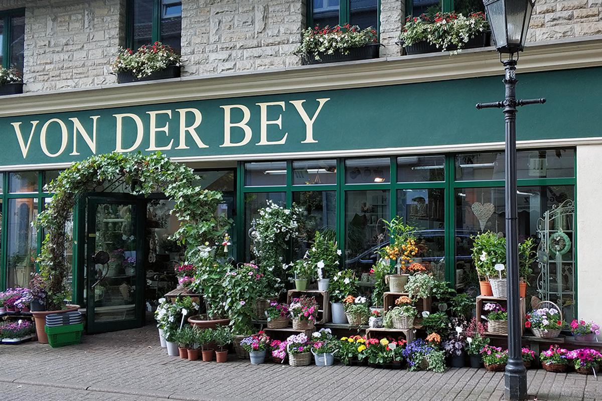 Das Fotoo zeigt die idyllische Fassade des Blumenladens von der Bey in Dorf Saarn