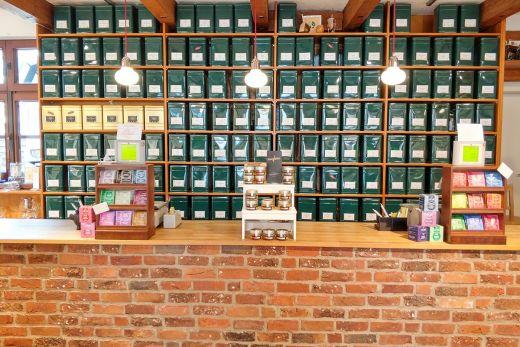 Das Foto zeigt die Teeauswahl in Theiles Teehaus in Mülheim an der Ruhr