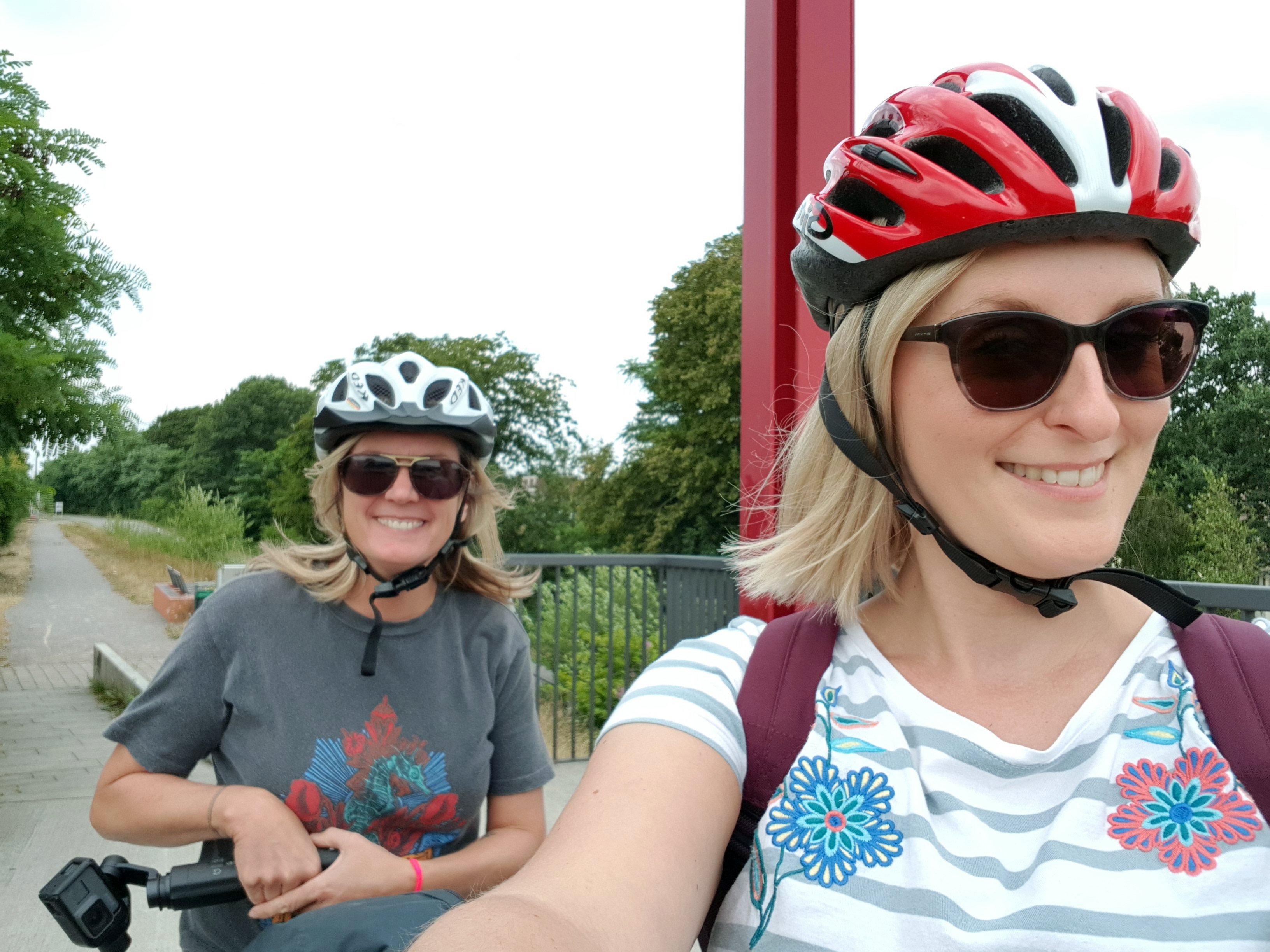 Das Bild zeigt zwei Frauen mit Fahrradhelmen