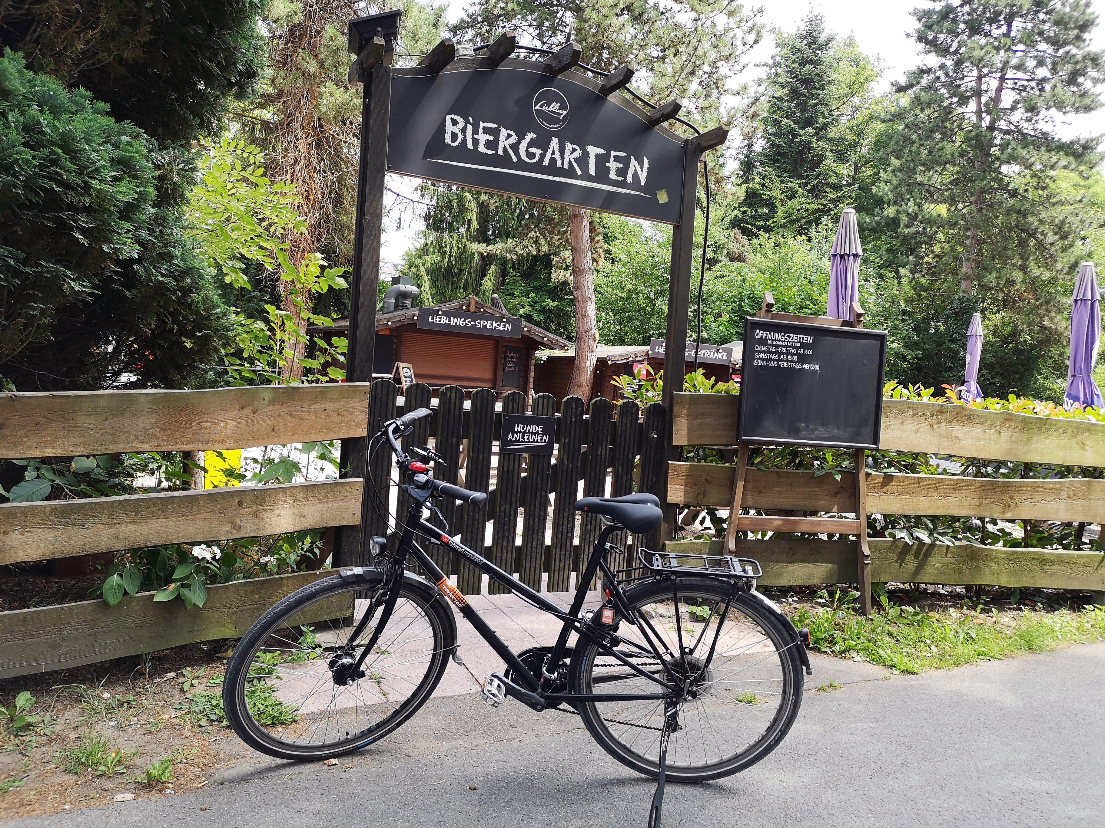 Das Bild zeigt ein Fahrrad vor dem Biergarten Liebling im Hexbachtal in Mülheim an der Ruhr