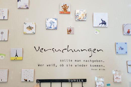 Das Foto zeigt eine dekorierte Wand im Papierwerk in Mülehim an der Ruhr