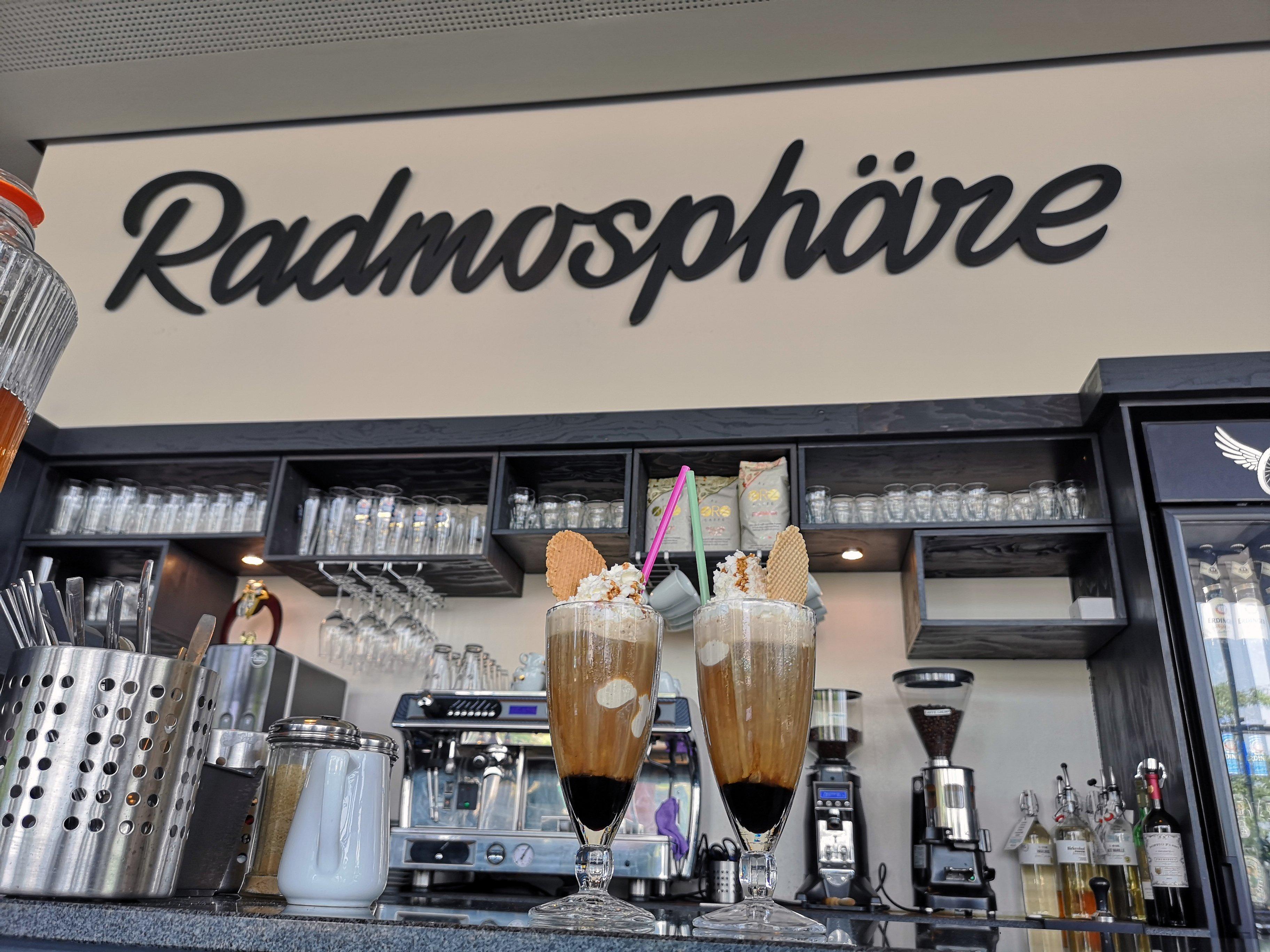 Das Bild zeigt zwei Eiskaffees auf der Theke der Radmosphäre