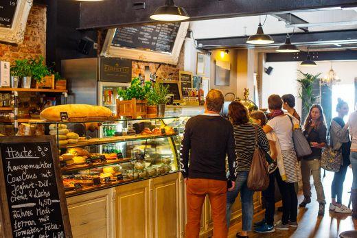 Das Foto zeigt die Theke des Café Perfetto in Mülheim an der Ruhr