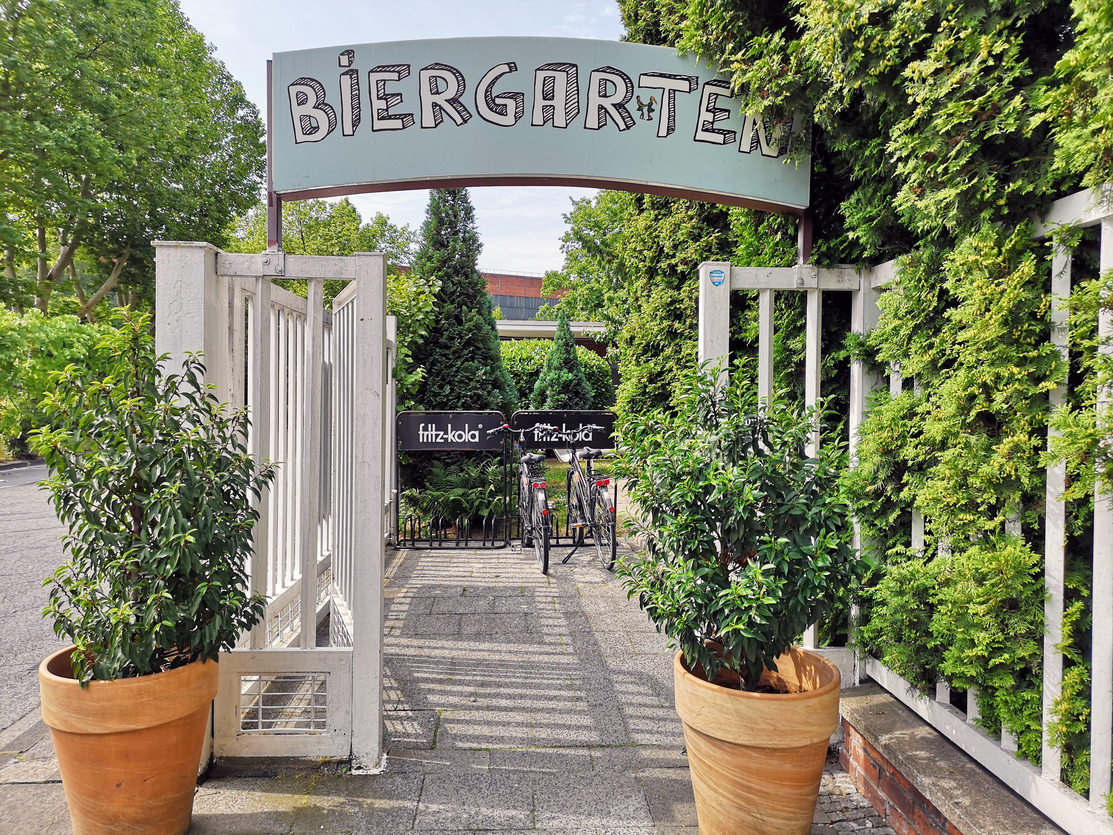 Das Bild zeigt ein Biergarten Schild des In Hostel Veritas in Oberhausen