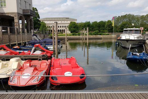 Das Foto zeigt Tretboot-Ferraris am Mülheimer Hafen
