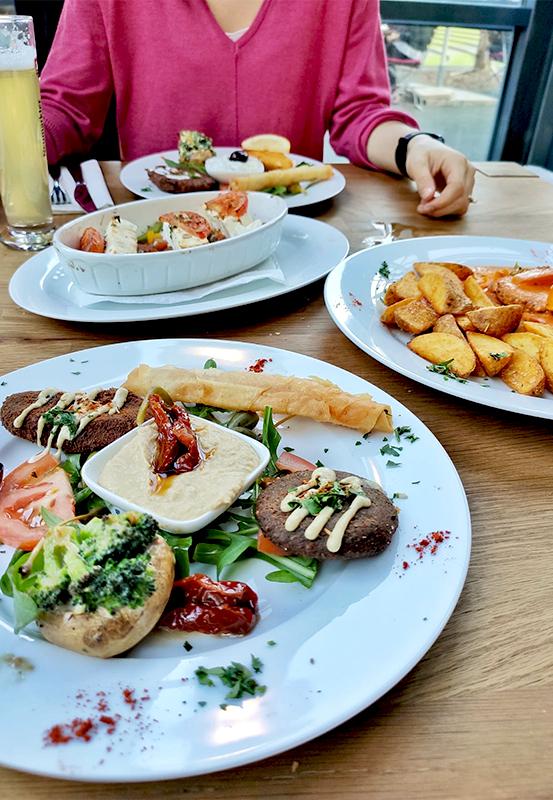 Das Foto zeigt Essen im vegetarischen Restaurant Ronja in Müllheim an der Ruhr