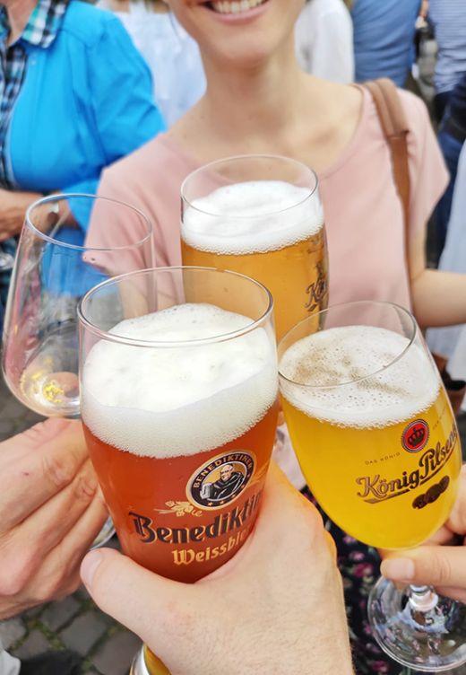 Das Foto zeigt Biergläser auf dem Feierabendmarkt in Mülheim an der Ruhr