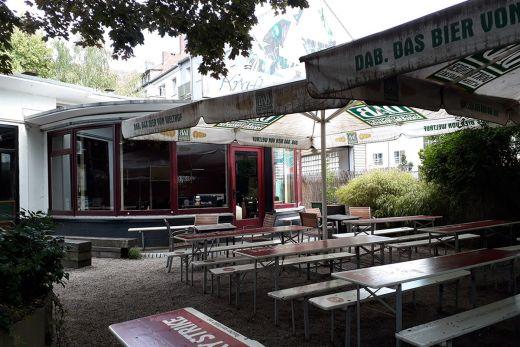 Das Foto zeigt den Biergarten des Kraftsstoff in Dortmund