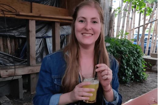 Das Foto zeigt Melissa mit einem Cocktail im Kraftstoff in Dortmund