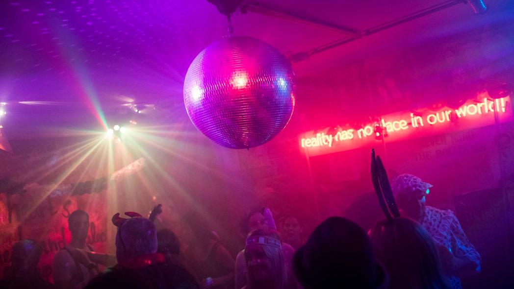 Das Foto zeigt eine Discokugel in der Marlene Bar in Dortmund