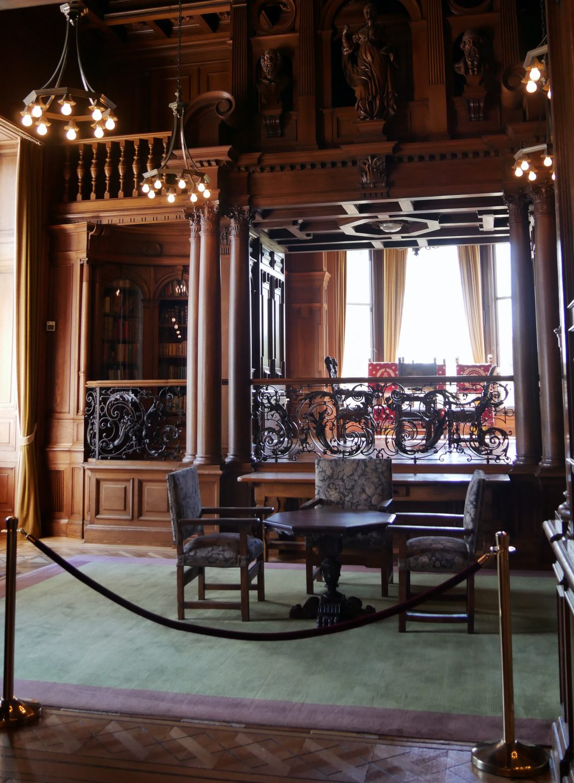 Das Bild zeigt die Bibliothek der Villa Hügel