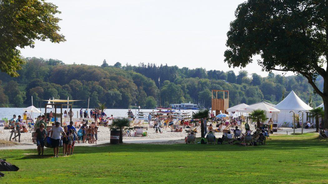 Das Bild zeigt den Strandclub Seaside Beach in Essen am Baldeneysee