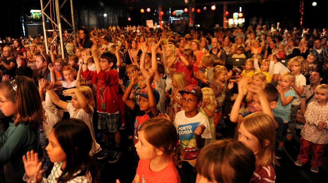 Das Bild zeigt tanzende Kinder auf dem Zeltfestival Ruhr