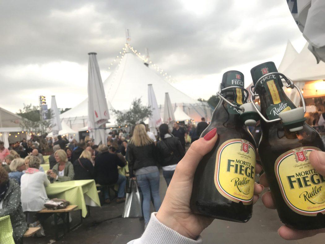 Das Bild zeigt zwei Fiege Bier