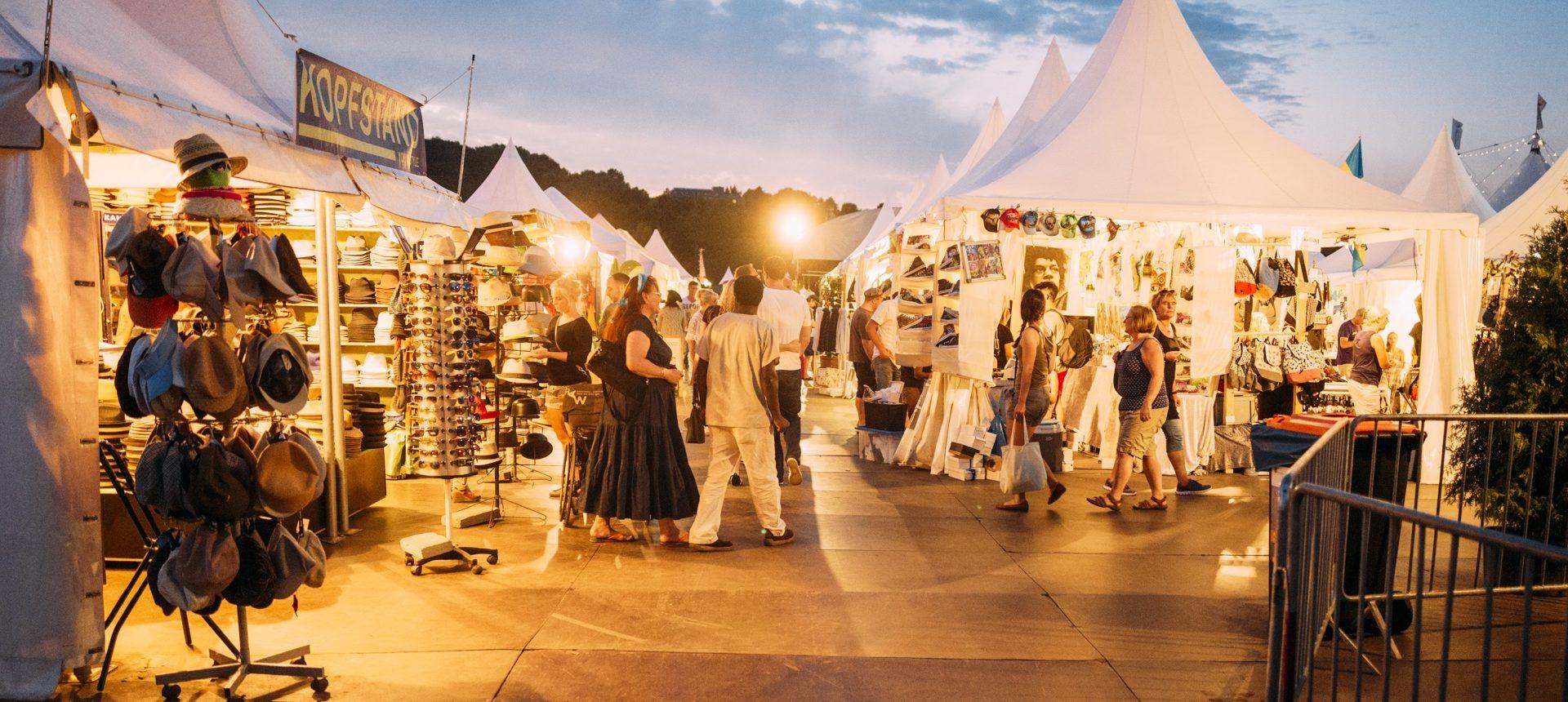 Das Bild zeigt den Markt der Möglichkeiten auf dem Zeltfestival Ruhr in der Dämmerung