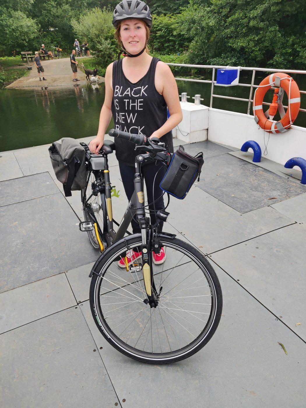 Das Bild zeigt eine Person mit Rad auf der RuhrtalFähre in Witten