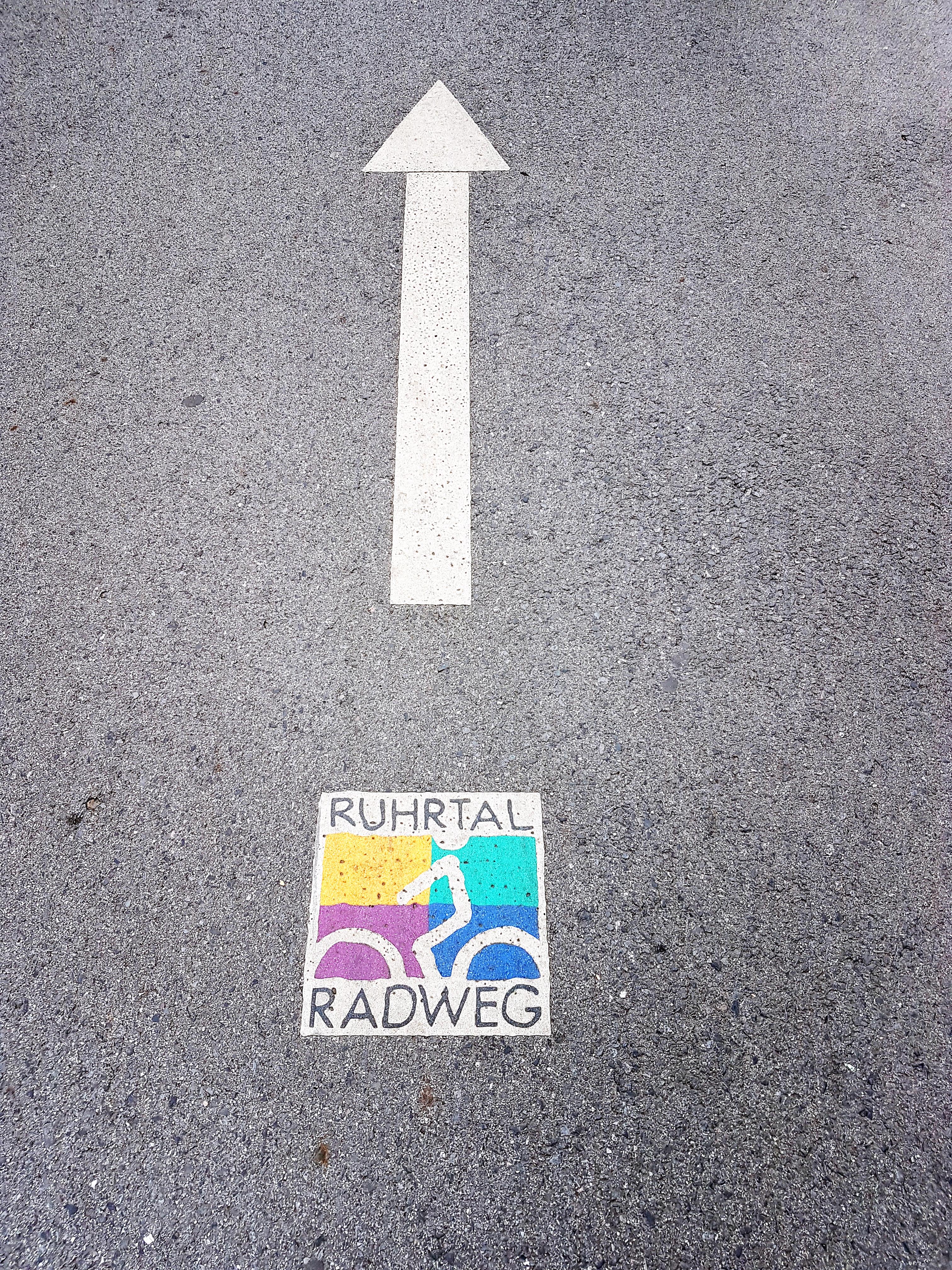 Das Bild zeigt ein Streckenhinweis des RuhrtalRadwegs auf dem Asphalt