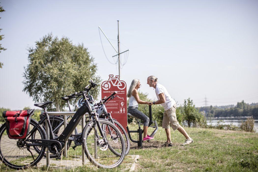 Das Bild zeigt ein Rudergerät am Guter-Rat-Weg neben dem Kemnader See in Bochum