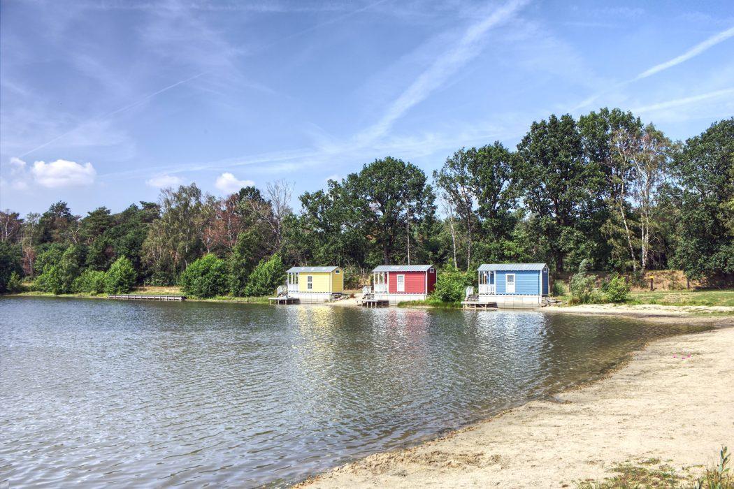 Das Foto zeigt die drei Häuser am See in der Dingdener Heide in Hamminkeln