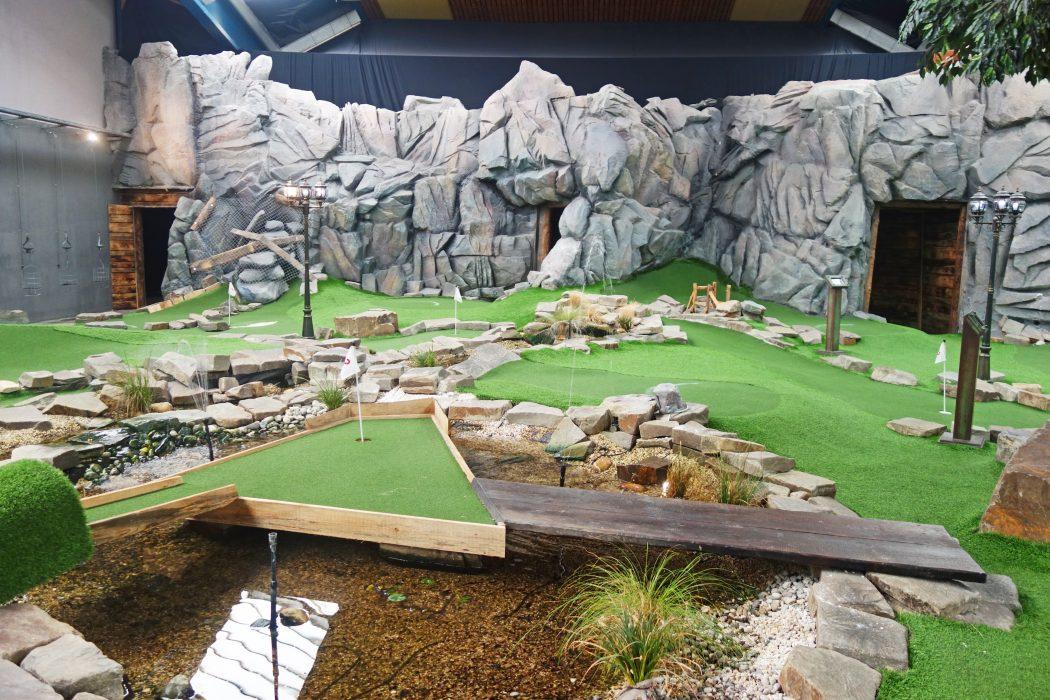 Das Bild zeigt eine Minigolf-Anlage im Alma Park