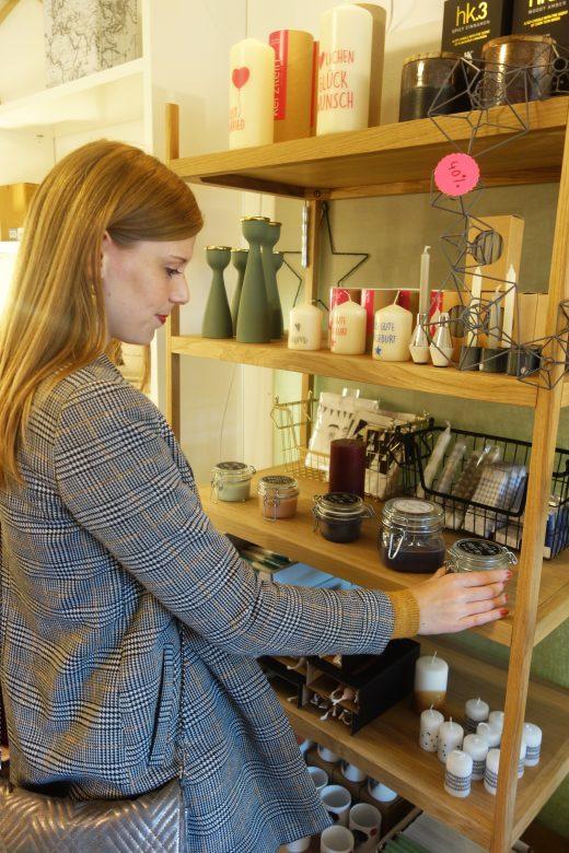 Das Bild zeigt Alex in einem Geschäft in Bochum Ehrenfeld