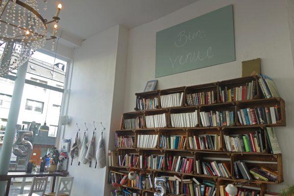 Das Foto zeigt ein Bücherregal im Café LIVRES