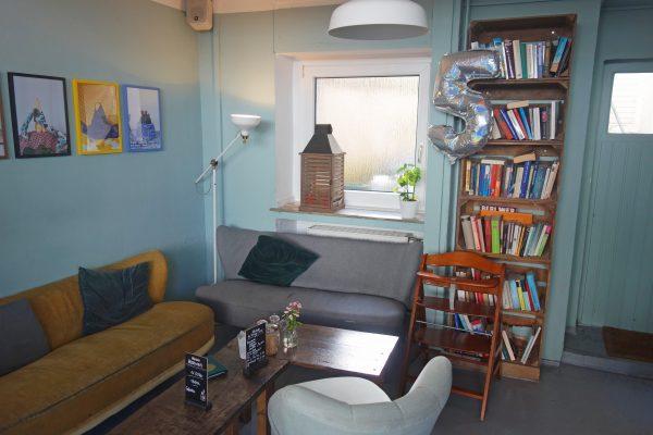 Das Bild zeigt eine Sitzecke im Cafe LIVRES