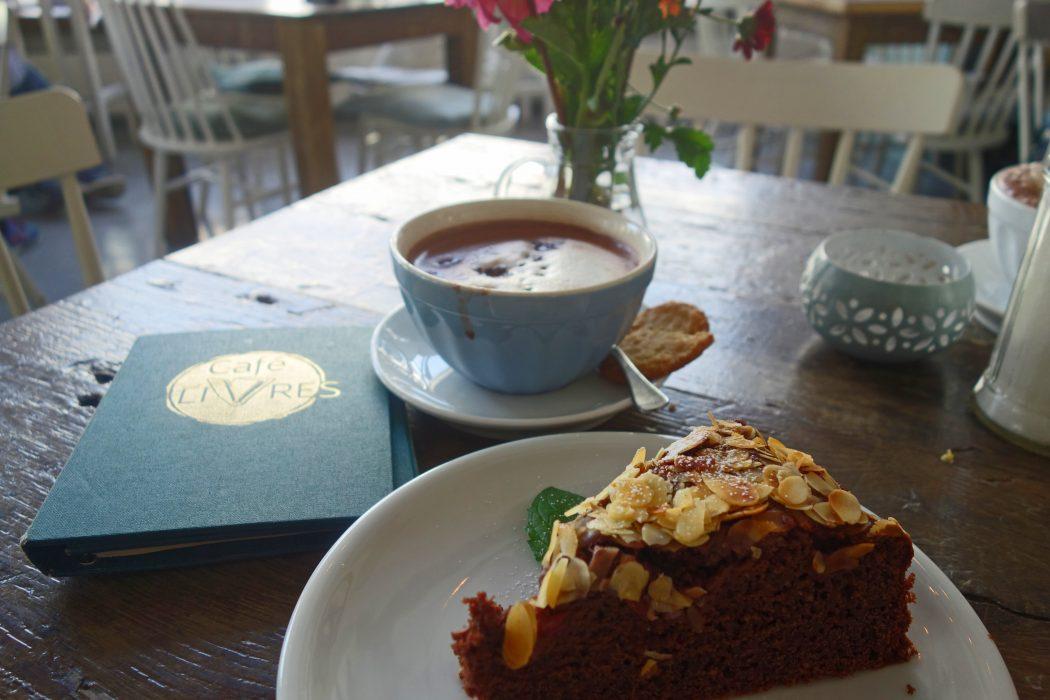 Das Bild zeigt ein Stück Kuchen im Café LIVRES