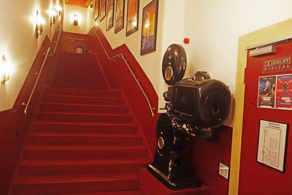 Das Bild zeigt eine Treppe im Filmforum Duisburg