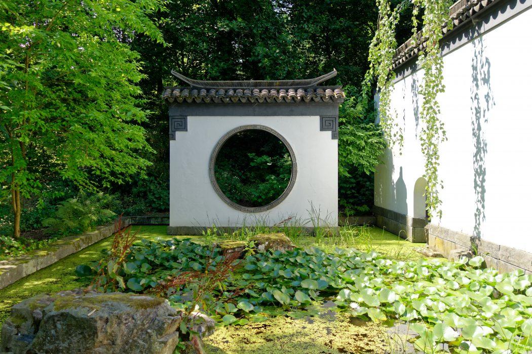 Das Bild zeigt den Chinesischen Garten im Botanischen Garten der Ruhr-Uni Bochum