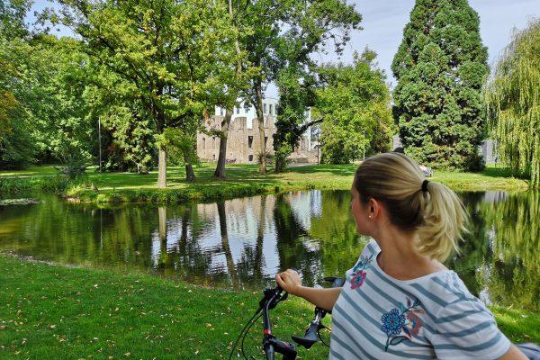Das Bild zeigt Katalina mit eine Fahrrad im Schlosspark Weitmar