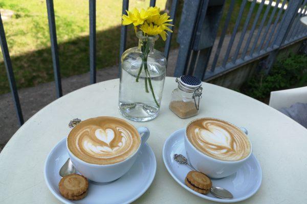 """Das Bild zeigt zwei Tassen Kaffee im """"Baristoteles"""""""