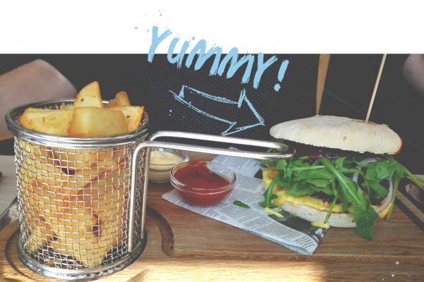 Das Foto zeigt einen Burger mit Pommes Frites