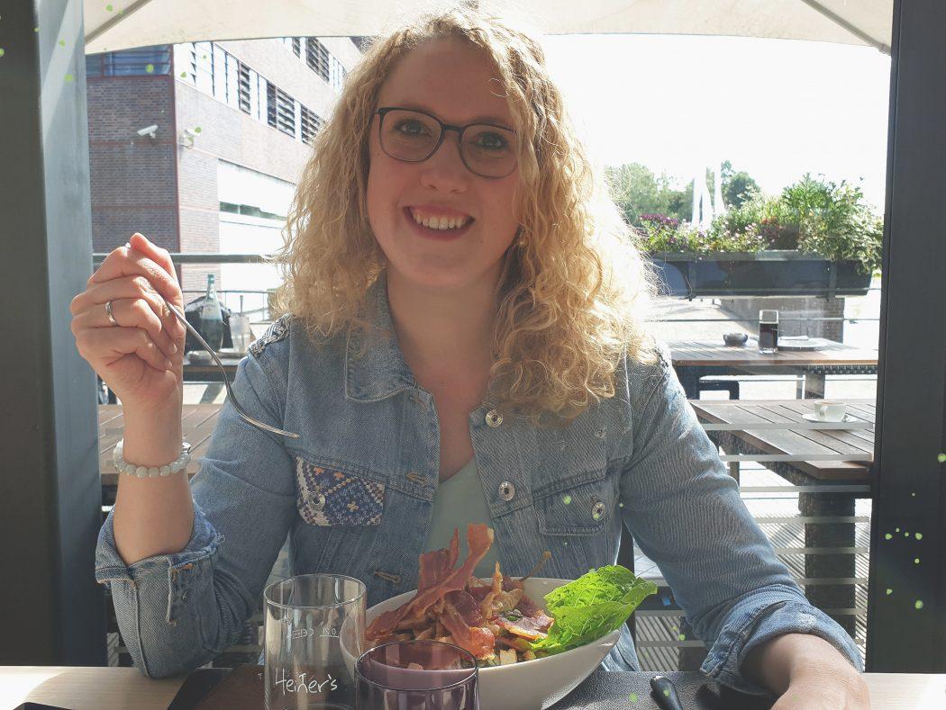 Das Foto zeigt Ronja im Restaurant Heiner's