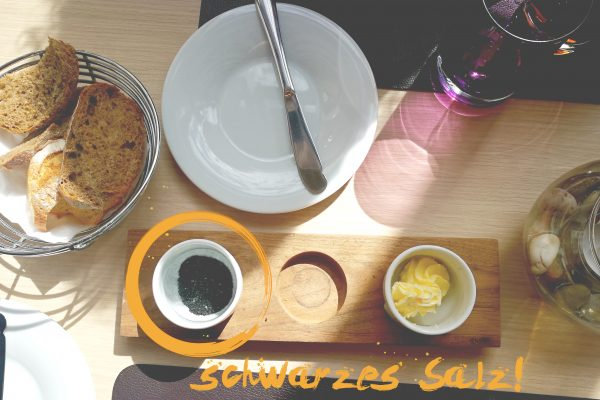 Das Foto zeigt einen Tisch, auf dem eine Vorspeise serviert wurde