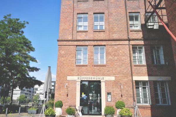 Das Foto zeigt die Küppersmühle in Duisburg von außen