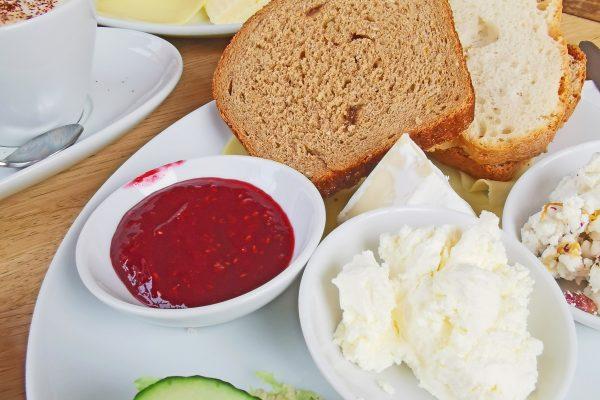 Das Bild zeigt das Frühstück im Ziegenpeter im Rheinpark
