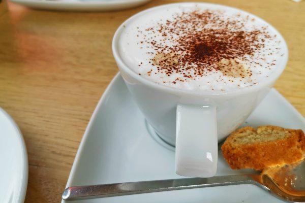 Das Bild zeigt einen Kaffee im Ziegenpeter im Rheinpark