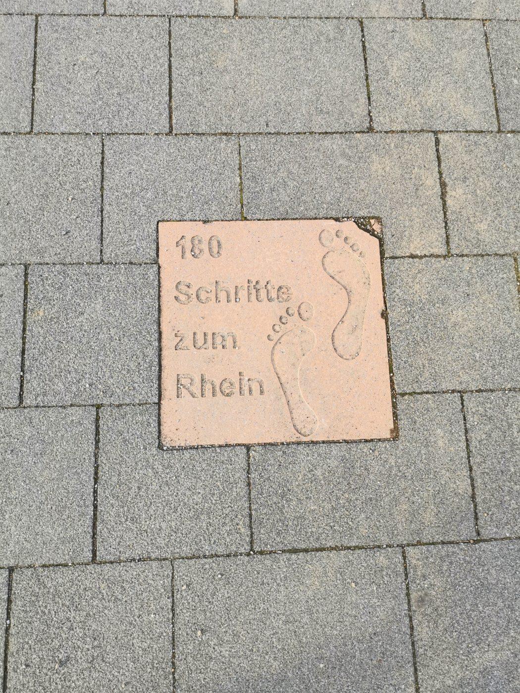Das Bild zeigt einen Wegweise im Rheinpark in Duisburg