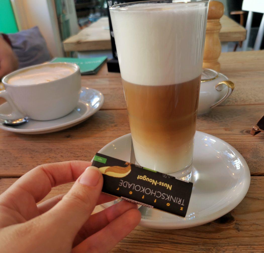 Das Bild zeigt einen Kaffee im Café Kram in Bottrop
