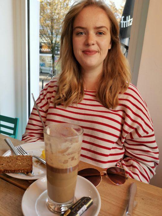 Das Bild zeigt eine Person im Café Kram