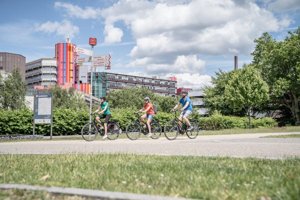 Das Bild zeigt Fahrradfahrer an der Universität Duisburg-Essen