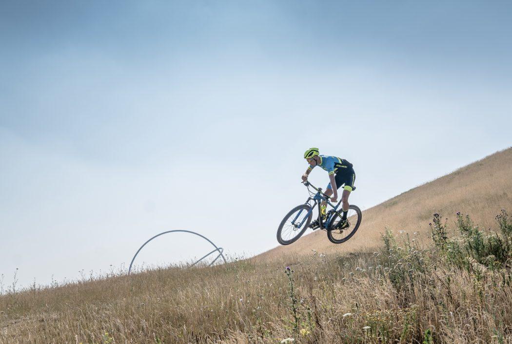 Das Foto zeigt einen Fahrradfahrer auf der Halde Hoheward