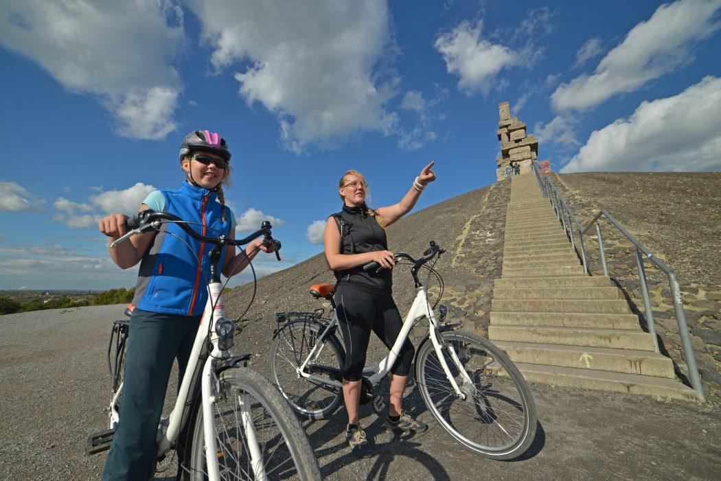 Das Foto zeigt Fahrradfahrer auf der Halde Rheinelbe