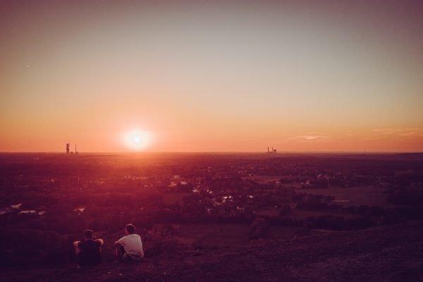 Das Foto zeigt den abendlichen Ausblick von der Halde Haniel