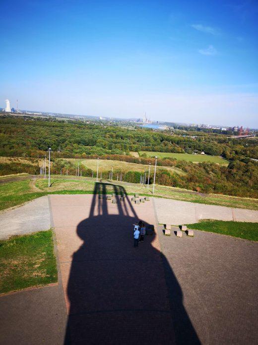 Das Bild zeigt den Schatten eines Turms