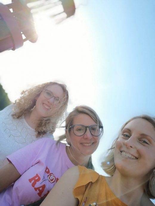 Das Bild zeigt ein Selfie mit drei Personen