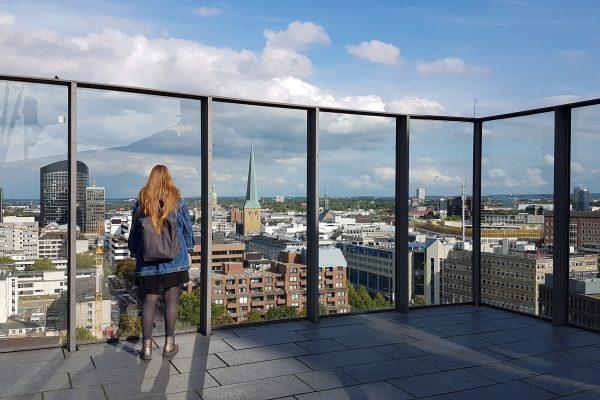 Das Foto zeigt Melissa auf dem Dach des Dortmunder U