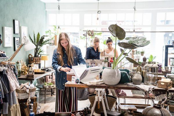Das Foto zeigt Melissa im Geschäft U-Nikat
