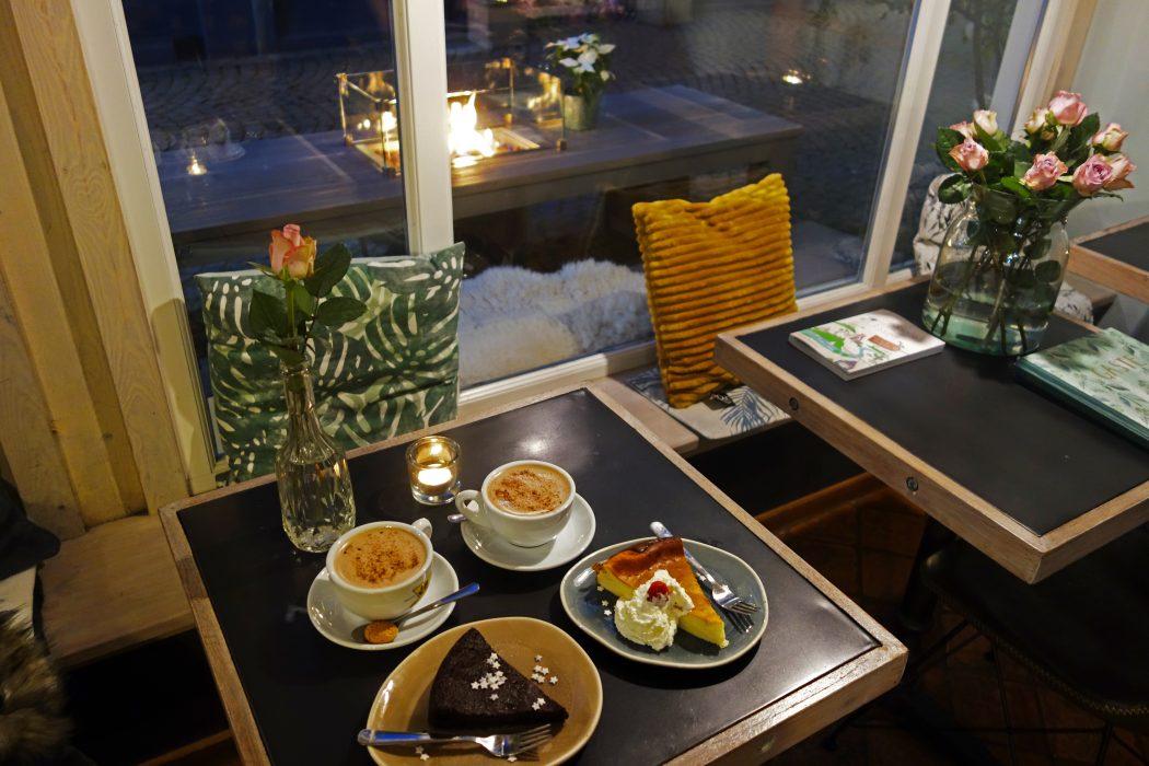 Das Foto zeigt Kuchen im Cafe Seizoen